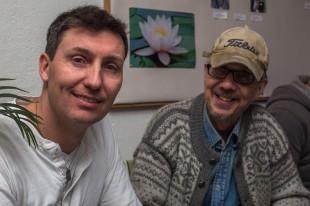 Blixttest. Här fotograferar Svante Kellner Joakim (tv.) och Harald med blixt ritning mot taket.