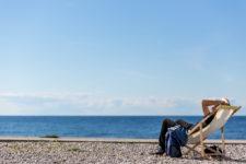 En stenkast från Almedalspulsen sitter en man och vilar sig. Foto: Joakim Berndes